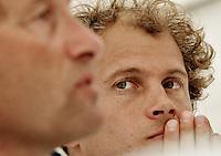 NLD-20050831-Leipzig-EK HOCKEY : Oranje trainde woensdag voor de laatste poule-wedstrijd, donderdag tegen Spanje. Na afloop stonden bondscoach Roelant Oltmans (l) en vice-aanvoerder Teun de Nooijer (r) de pers te woord. Hierbij liepen de gemoederen hoog op.