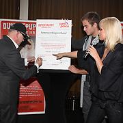 NLD/Amsterdam/20070927 - Persconferentie Dutchypuppy, Bridget Maasland en haar vader Frits ondertekenen contract met Pets Place