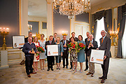 Koningin Máxima heeft in paleis Noordeinde de drie jaarlijkse Appeltjes van Oranje uitgereikt. Thema was dit jaar 'Samen zelf doen', als beloning voor gemeenschappelijke voorzieningen die geheel worden gerund door vrijwilligers. <br /> <br /> <br /> Queen Máxima at Noordeinde Palace awarded the Orange triennial Apples. Theme this year was' doing Together self, as a reward for communal facilities which are entirely run by volunteers.<br /> <br /> Op de foto / On the photo:  a afloop van de uitreiking gaan alle winnaars op de foto met Koningin Maxima, Koning Willem Alexander en Prinses Beatrix.<br /> <br /> after the ceremony, all winners pictured with Queen Maxima, King Willem Alexander and Princess Beatrix.