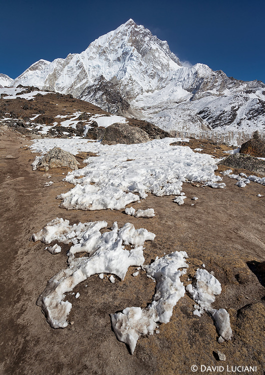 From Gorak Shep to Lobuche with view on the Everest West Shoulder and Nuptse (7861m).