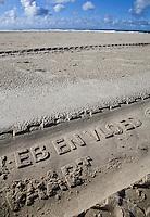 VLIELAND - Afdruk Eb en Vloed , van een band van de Vliehors Express   met tekst , op het Noordzeestrand van Vlieland.ANP COPYRIGHT KOEN SUYK