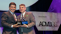 Top de Marketing ADVB 2017 ocorrido no teatro Bourbon Country. Na foto MOHAMED PARRINI, SUPERINTENDENTE EXECUTIVO DO HOSPITAL MOINHOS DE VENTO, QUE RECEBERÁ A DISTINÇÃO DAS MÃOS DE KALIL SEHBE, DIRETOR FINANCEIRO DO BADESUL. FOTO: Marcos Nagelstein/Agência Preview