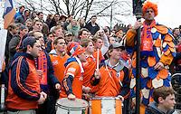 Bloemendaal - Hockey - Bloemigans supporters tijdens  de wedstrijd om de derde plaats  van de EHL tussen de mannen van Bloemendaal en Royal Daring (Belgie) 1-0.  COPYRIGHT KOEN SUYK