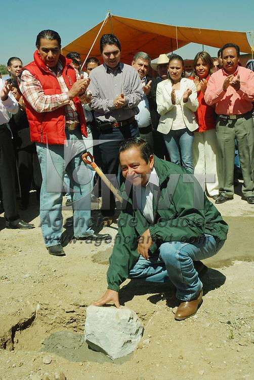 Mexicaltzingo, Mex.- Arturo Osorno Sánchez, Secretario de Desarrollo Agropecuario del gobierno del Estado de México, coloco la primera piedra para la construcción y equipamiento del rastro TIF para porcinos y bovinos en el municipio de Mexicaltzingo. Agencia MVT / José Hernández. (DIGITAL)<br /> <br /> <br /> <br /> NO ARCHIVAR - NO ARCHIVE