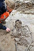 Nederland, Nijmegen, 12-10-2011In Lent, het nieuwbouwgebied van de Waalsprong,  zijn archeologen van de gemeente Nijmegen gestuit op een  grafveld uit de Merovingische tijd. Het grafveld is een van de weinige vroege grafvelden uit Nederland. Het dateert uit de periode 450-575.Foto: Flip Franssen/Hollandse Hoogte