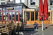 Nederland, Nijmegen, 23-4-2020 De binnenstad van Nijmegen is zo goed als leeg . Het is duidelijk rustiger en stiller in de straten, winkelstraten van het centrum in de stad . Mensen blijven thuis om zo min mogelijk risico te nemen ivm het corona virus . Terrassen zijn gesloten . Foto: Flip Franssen