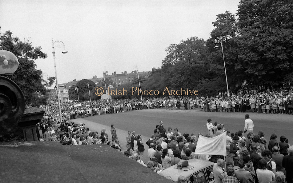 Women's Peace March In Dublin  (K50)..1976..28.08.1976..08.28.1976..28th August 1976..As part of the Peace Movement, set up by Ms Betty Williams and Ms Mairead Maguire in Northern Ireland, a march was organised for Dublin. Thousands of women took part in the march from St Stephen's Green, Dublin to the seat of government in Leinster House on Merrion Square, Dublin, to protest the continuing violence within the country..Pictured, the Peace March forms up around Merrion Square,prior to the speeches advocating peace on our island are given.