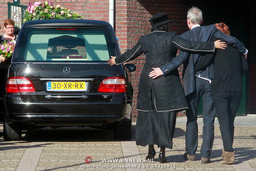 NLD/Huizen/20110402 - Uitvaart Floor van der Wal, ouder overmand door verdriet