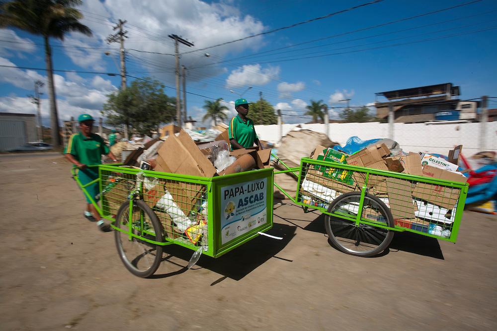 Barroso_MG, Brasil...Na foto, as catadoras de lixo. Elas fazem parte do projeto Papa Luxo...In this photo, garbage collector. They work in the Papa Luxo project...Foto: LEO DRUMOND / NITRO