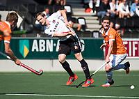 AMSTELVEEN  - Hockey -  1e wedstrijd halve finale Play Offs dames.  Amsterdam-Bloemendaal (5-5), Bl'daal wint na shoot outs.  Mirco Pruyser (A'dam)  met rechts Sander 't Hart (Bldaal) .  COPYRIGHT KOEN SUYK