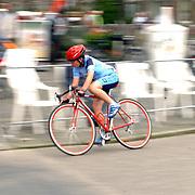 Rabo wiellerronde van Bussum 2004, publiek, hek, toeschouwers, straat, snelheid