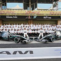 28.11.2019, Yas Marina Circuit, Abu Dhabi, FORMULA 1 ETIHAD AIRWAYS ABU DHABI GRAND PRIX 2019<br />, im Bild<br />Gruppenfoto von Mercedes-AMG Petronas Motorsport mit Toto Wolff (Mercedes), Lewis Hamilton (GB#44), Mercedes-AMG Petronas Motorsport, Valtteri Bottas (FIN#77), Mercedes-AMG Petronas Motorsport<br /> <br /> Foto © nordphoto / Bratic