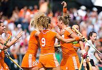 WATERLOO (Belgie) - Lieke van Wijk (r) heeft Vreugde bij na de EK finale hockey -21 tussen de vrouwen van Nederland en Duitsland (2-0). FOTO KOEN SUYK