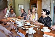Koningin Máxima brengt een bezoek aan de Stichting Buurtgezinnen.nl in Amerongen. De stichting is één van de drie winnaars van een Appeltje van Oranje van het Oranje Fonds in 2017.<br /> <br /> Queen Máxima visits the Stichting Buurtgezinnen.nl in Amerongen. The foundation is one of the three winners of an Orange Orange Orange Orange Fund in 2017.