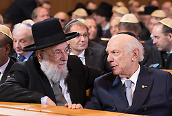 Rabbiner Israel Meir Lau, Rabbiner Arthur Schneier  bei der Verleihung der Ohel-Jakob Medaille an Kanzlerin Merkel anlässlich des  10. Jahrestags der Einweihung der neuen Münchner Hauptsynagoge<br /> <br /> / 091116<br /> <br /> *** Chancellor Merkel receiving the Ohel Jakob Medal at the Main Synagogue in Munich, Germany; November 9th, 2016 ***