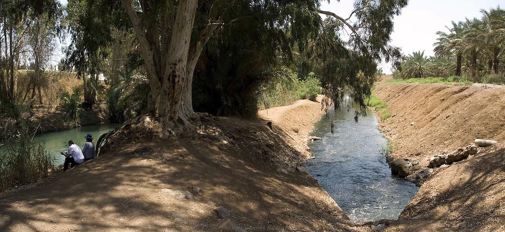 En contrebas du Lac de Tibériade, entre les barrages Degania et Alumot, les seuls kilomètres du fleuve a être considérés propres et naturels sur ses 360 km de long. À gauche le Jourdain et à droite un canal où se mélange les eaux usées de la région avec le surplus d'eau salée des sources locales traitées par Mekorot, la compagnie des eaux israélienne. Israël, mai 2011