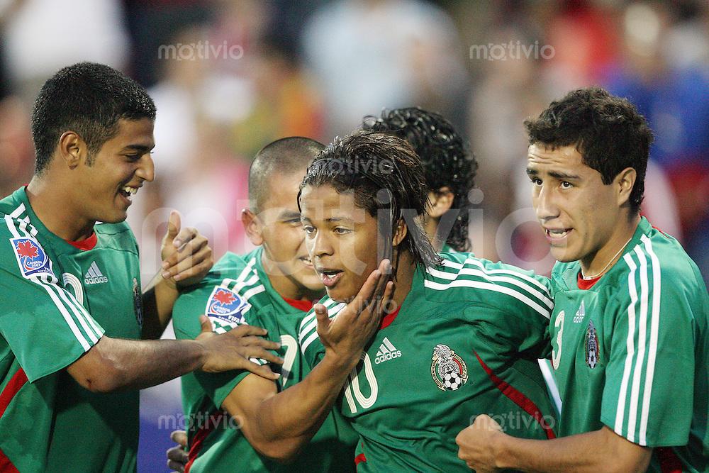 Fussball International U 20 WM  Mexico - Portugal Die Teamkollegen gratulieren Giovanni DOS SANTOS (MEX) zu dessen 1:0.