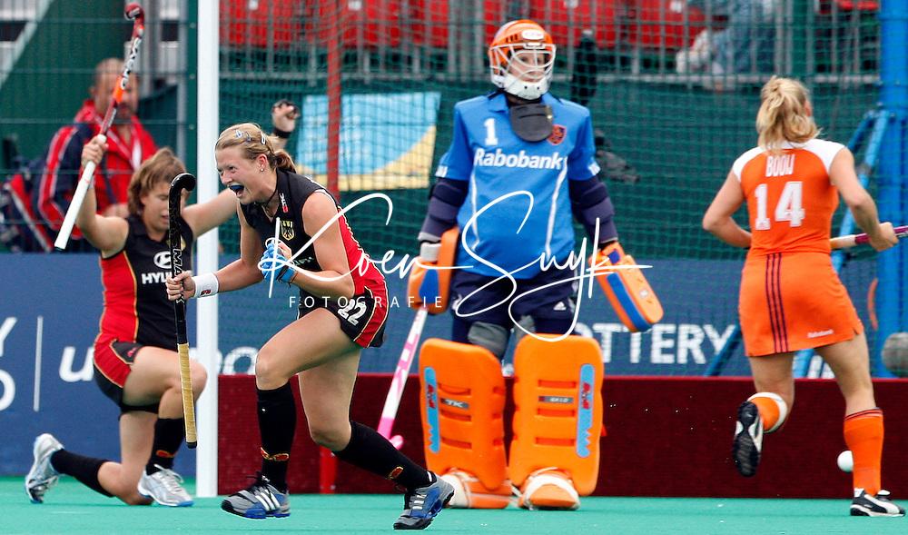 De Duitse Janine Beerman (2e van links) heeft de stand op 0-2 gebracht. De Nederlandse keeper Lisanne de Roever en Minke Booij (r) zijn verslagen. links de Duitse Natascha Keller.