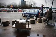 Een gezin probeert een kast van de Ikea in de auto, een MPV, te krijgen.