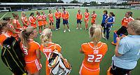 EINDHOVEN - Bondscoach Raoul Ehren spreekt zijn team toe ,  zaterdag bij de oefenwedstrijd tussen het Nederlands team van Jong Oranje Dames en dat van de Vernigde Staten. Volgende week gaat het WK-21 in Duitsland van start. FOTO KOEN SUYK
