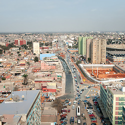 Vista aérea da cidade Luanda, capital de Angola. Avenida Hoji ya Henda