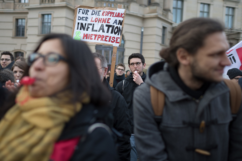 Warnstreik-Kundgebung der studentischen Beschäftigten  auf dem Bebelplatz gegenueber der Humboldt-Universitaet in Berlin. Über tausend studentisch Beschäftige der Berliner Hochschulen protestieren für einen Tarifvertrag. Die Demonstranten fordern nach 16 Jahren Lohnstillstand eine bessere Bezahlung, eine finanzielle Absicherung im Krankheitsfall und eine Kopplung der Lohnentwicklung an die der anderen Hochschulbeschäftigten. <br /> <br /> [© Christian Mang - Veroeffentlichung nur gg. Honorar (zzgl. MwSt.), Urhebervermerk und Beleg. Nur für redaktionelle Nutzung - Publication only with licence fee payment, copyright notice and voucher copy. For editorial use only - No model release. No property release. Kontakt: mail@christianmang.com.]