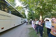 Nederland, the Netherlands, Nijmegen, 2-10-2015 Eerste vluchtelingen arriveren op kamp, tentenkamp Heumensoord, de tijdelijke noodopvang, azc, van het COA. Vandaag komen er 300, later dit weekend wordt het tot 800 aangevuld. In totaal komt er plaats voor 3000 asielzoekers. Zij werden vooral welkom geheten door jongeren. Aan het kamp wodrt nog volop gewerkt aan met name de infrasrtuctuur voor elektra, afvoer en water.FOTO: FLIP FRANSSEN