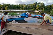 A family of canoe artisans - Tigre - Amazonas - Peru