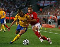 Photo: Glyn Thomas.<br />Sweden v England. FIFA World Cup 2006. 20/06/2006.<br /> England's Joe Cole (R) and Sweden's Mattias Jonson.