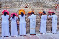 Sri Lanka, province du Centre-Nord, site d'Anuradhapura classé Patrimoine Mondial de l'UNESCO, capitale du Sri Lanka au IIIe siècle avant JC, Dagoba  de Ruvanvelisaya, priere des fideles bouddhistes // Sri Lanka, North Central Province, Anuradhapura, historic capital of Sri Lanka, UNESCO World Heritage Site, Ruvanvelisaya dagoba, buddhist pilgrims' prayer