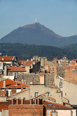 Frankrijk, Clermont-Ferrand, 20-9-2008Zicht op de oude stad . Op de achtergrond de Puy de dome.Foto: Flip Franssen/Hollandse Hoogte