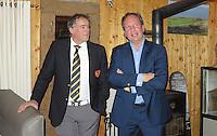 TEXEL - De Cocksdorp ;- NVGJ golfwedstrijd op golfbaan de Texelse. prijsuitreiking  . Manager Iwan Groothuis  met Eric Korver (l) . COPYRIGHT KOEN SUYK