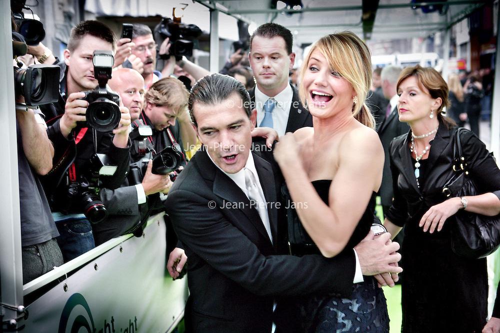 Nederland.Amsterdam.13 juni 2007..De acteurs Antonio Banderas en Cameron Diaz tijdens de Nederlandse premiere van de animatiefilm Shrek op de catwalk van cinema Tuschinski.