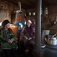 Mongolia. inside a house in Hatgal village  in cold winter  , village near the frozen Khuvsgul lake  Khuvsgul province -  / interieur de maison en bois dans le village de  Hatgal   au bord du lac gelé de Khovsgol, dans le grand froid de l hiver  Khovgul  - Mongolie / L0055902B