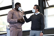 Boxen: Giants Professional Boxing, Session 3, Hamburg, 17.04.2021<br /> Peter Kadiru (SES, Boxing, Schwergewicht) im Interview mit Moderator Raiko Morales <br /> © Torsten Helmke