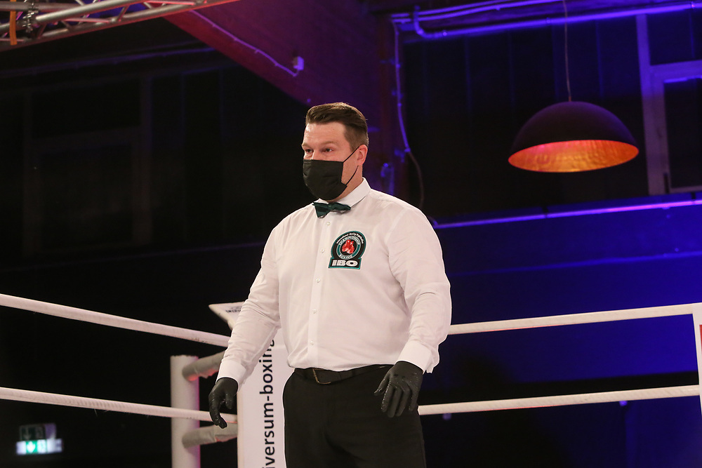 Boxen: Universum Fightnight, Schwergewicht,  Hamburg, 14.11.2020<br /> IBO-Continental-Titel: Christian Thun (GER) - Mirko Tintor (BIH), Ringrichter Marco Morales (GER)<br /> © Torsten Helmke