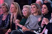 Koninklijke Familie bij uitreiking Prins Claus Prijs 2015 in het Koninklijk Paleis op de Dam. De Prins Claus Prijzen worden door het Prins Claus Fonds voor Cultuur en Ontwikkeling sinds 1997 jaarlijks toegekend aan kunstenaars, denkers en culturele organisaties. <br /> <br /> Royal Family at ceremony Prince Claus Award in 2015 at the Royal Palace on Dam Square. The Prince Claus Awards are presented by the Prince Claus Fund for Culture and Development since 1997 awarded annually to artists, thinkers and cultural organizations.<br /> <br /> OP de foto / On the photo:  Prinses Beatrix  , Prinses Mabel ,  Prins Constantijn en Prinses Laurentien , Koning Willem-Alexander en Koningin Maxima met de Iraanse fotografe Newsha Tavakolian