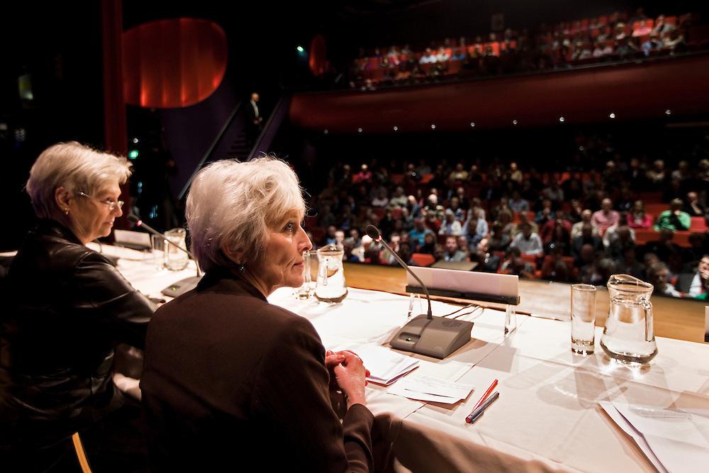 Nederland. Barendrecht, 1 december  2009.<br /> Bijeenkomst ministers Cramer en Van der Hoeven in theater Het Kruispunt<br /> Deze vergadering staat geheel in het teken van de CO2-opslag onder Barendrecht. <br /> CO2-opslag onder Barendrecht<br /> De ministers zullen hun besluit toelichten. <br /> Foto Martijn Beekman