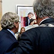 Nederland Rotterdam 24 november 2008 20081124 Foto: David Rozing ..Oud-burgemeester Bram Peper onthult samen met zijn kleinkinderen en burgemeester Opstelten zijn schilderij. Hij is al ruim tien jaar weg, maar maandag krijgt oud-burgemeester Bram Peper alsnog een portret in een van de gangen van het stadhuis in Rotterdam. Dit schilderij hing er nog steeds niet na de zogeheten bonnetjesaffaire. Peper zou tijdens zijn ambtsperiode hebben gesjoemeld met declaraties van prive-uitgaven tijdens dienstreizen. Onlangs legden Peper en scheidend burgemeester Ivo Opstelten de onderlinge twist bij. De komst van het schilderij vloeit eruit voort. Het is gebruikelijk dat alle oud-burgemeesters na vertrek een plek krijgen in de eregalerij...Foto: David Rozing