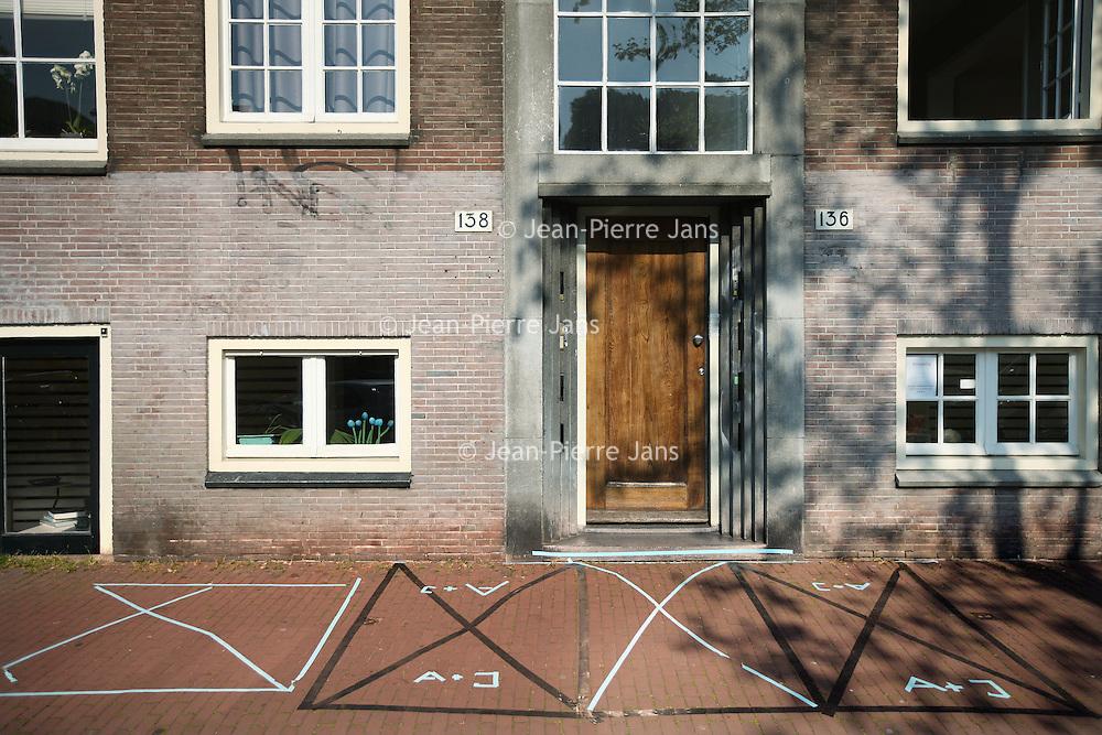 Nederland, Amsterdam , 23 april 2014.<br /> Bezetbordjes van allerlei plumage voor de vrijmarkt tijdens Koningsdag zoals hier aan de Prinsengracht<br /> Foto:Jean-Pierre Jans