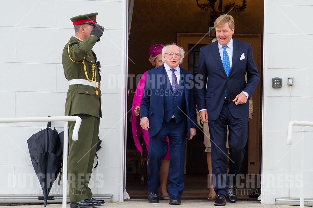 Koning Willem-Alexander en president Michael Higgins tijdens het planten van een boom in het Presidentieel Paleis Aras an Uachtarain in Dublin, op dag 1 van het 3-daags staatsbezoek van het Nederlands Koningspaar aan Ierland.