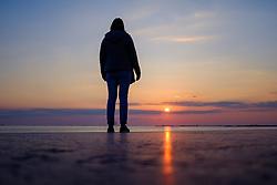 Themenbild - Kaum eine andere Region Italiens ist dermaßen geprägt vom Tourismus wie die Küstenregionen der oberen Adria. In den Hauptbadeorten Grado, Lignano, Bibione, Caorle, Jesolo, Marina die Venezia und auf der Isola Albarella drängen sich jedes Jahr aufs neue wahre Touristenmassen am Strand. Hier im Bild eine Frau beobachtet den Sonnenuntergang in der Lagune. Grado, Italien am Montag, 15. April 2019 // Preseason on the upper Italian Adria. Hardly any other region of Italy is as influenced by tourism as the coastal regions of the upper Adriatic. In the main seaside resorts of Grado, Lignano, Bibione, Caorle, Jesolo, Marina the Venezia and on the Isola Albarella, every year new masses of tourists crowd the beach. Picture shows a woman is watching the Sunset in the lagoon. Grado, Italy on Italy on Monday, April 15, 2019. EXPA Pictures © 2019, PhotoCredit: EXPA/ Johann Groder