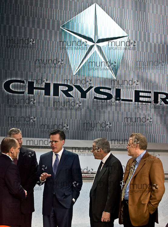 GJR080060.JPG -20080114- Detroit, Michigan-- Republican Presidential hopeful and former Massachusetts Governor Mitt Romney(C) talks with Chrysler executives during a  tour the 2008 North American International Auto Show in Detroit, Michigan, 14 January 2008..AFP PHOTO/Geoff Robins