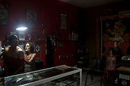 Barbara nel suo studio di tatuaggi a Tulum.