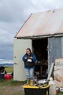 Briday Green ska brygga te av växten skvattram. I Alaska heter växten Labrador tea. <br /> Hon tar till vara så mycket som hon kan av naturen.<br /> <br /> Fotograf: Christina Sjögren<br /> <br /> Photographer: Christina Sjogren<br /> Copyright 2018, All Rights Reserved