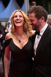 May 13, 2016 - Cannes, France - Julia Roberts, Dominic West - CANNES 2016 - DESCENTE DES MARCHES DU FILM 'MONEY MONSTER (Credit Image: © Visual via ZUMA Press)