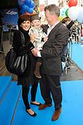 Première Disney's 'UP' als feestelijke aftrap voor de start van de Filmweken & het nieuwe bioscoopseizoen in Pathé Tuschinski (Amsterdam)<br /> <br /> op de foto: <br />  Chazia Mourali met paretner Marc Schröder en dochter Jasmijn