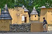 Nederland, Berg en Dal, 29-4-2018Bezoekers in het Afrikamuseum . Nationaal Museum van Wereldculturen. Het Afrika Museum in Berg en Dal, Gelderland, is geheel gewijd aan kunst uit en culturen van het continent Afrika. Er is aandacht voor Afrikaanse architectuur, Afrikaanse visies op kunst en schoonheid, hedendaagse Afrikaanse kunst en religie en samenleving. Wat nu een rijke, goed gedocumenteerde collectie voorwerpen uit Afrika is, begon als een bescheiden, maar waardevolle particuliere verzameling van de missionarissen van de Congregatie van de H. Geest. Minister Bussemaker van Cultuur begeleidde in 2014 de fusie van het Afrika Museum uit Berg en Dal, Rijksmuseum Volkenkunde uit Leiden en Tropenmuseum uit Amsterdam. De drie gaan verder als het Nationaal Museum van Wereldculturen. Op het terrein bevinden zich verschillende voorbeelden van dorpen en bouwstijlen zoals van het Dogon volk uit Mali .Foto: ANP/ Hollandse Hoogte/ Flip Franssen