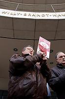 18 JAN 2002, BERLIN/GERMANY:<br /> Dietrich Neugebauer, SPD Mitglied aus Berlin zerschneidet aus Protest gegen die SPD/PDS Koalition im Berliner Abgeordnetenhaus sein Parteibuch vor dem Willy-Brandt-Haus<br /> IMAGE: 20020118-01-006<br /> KEYWORDS: Sozialdemokraten, Parteibuch, Parteimitglied, Demonstration