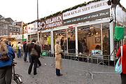 Premier Jan Peter Balkenende doet de deur dicht van het glazen huis op de Neude in Utrecht. Daarmee sluit hij de dj's Giel Beelen, Gerard Ekdom en Sander Lantinga voor zes dagen op. <br /> <br /> In het kader van de actie Serious Request van radiostation 3FM eten zij tot kerstavond niet, en maken de dj's 24 uur per dag live radio. Hiermee willen zij zo veel mogelijk geld inzamelen voor de slachtoffers van landmijnen. Luisteraars kunnen tegen betaling verzoeknummers aanvragen. <br /> <br /> Op de foto:<br />  Het Glazen Huis